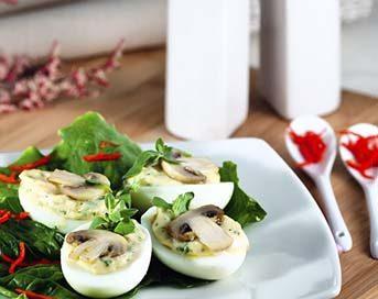 Huevos rellenos setas de curva