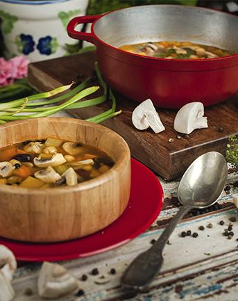 Sopa con championes y vegetales setas de curva